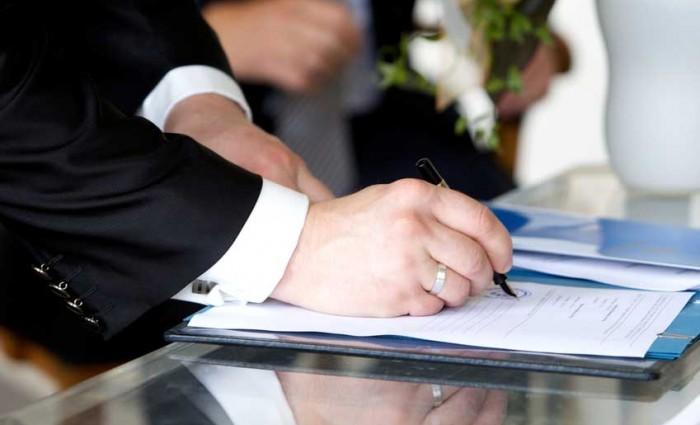 Hochzeitssängerin im Standesamt